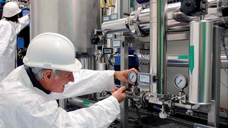 تکنسین خدمات در تعمیر و نگهداری سیستم هوای فشرده