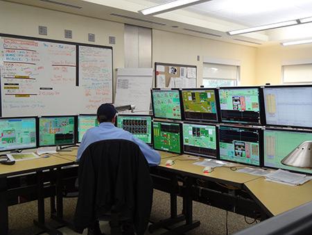 اتاق کنترل در کارخانه تصفیه فاضلاب