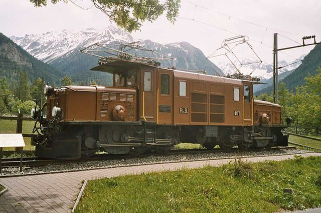 لوکوموتیو Ge 6/6 I Krokodil راهآهن Rhaetian سوئیس با یک موتور کشنده بزرگ بالای هر واگن که با میلههای متصل به حرکت درمیآیند.