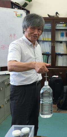 این تصویر دکتر ماساتو ساگاوا است که با استفاده از یک آهنربای نئودیمیم ۱ گرمی، بطری آب ۱۹۰۰ گرمی را نگه داشتهاست.